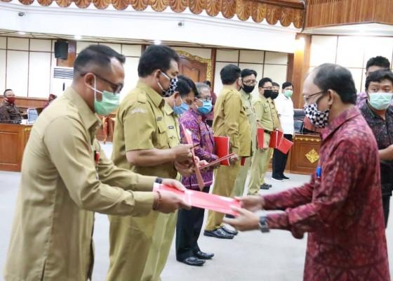 Nusabali.com - gubernur-koster-gelontor-bantuan-rp-382-miliar-bagi-siswamahasiswa-se-bali-yang-terdampak-covid-19