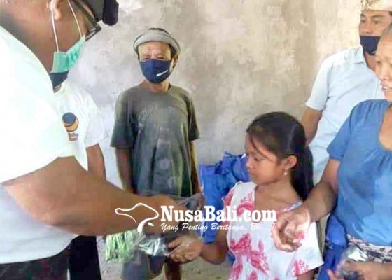 Nusabali.com - warga-datah-terima-bantuan-431-paket-sembako