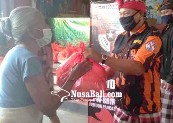 Nusabali.com - pp-bantu-lansia-sembako-di-karangasem