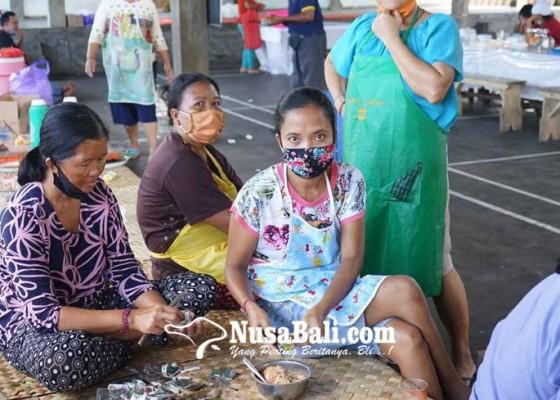 Nusabali.com - ditolak-berjualan-jadi-relawan-di-dapur-umum