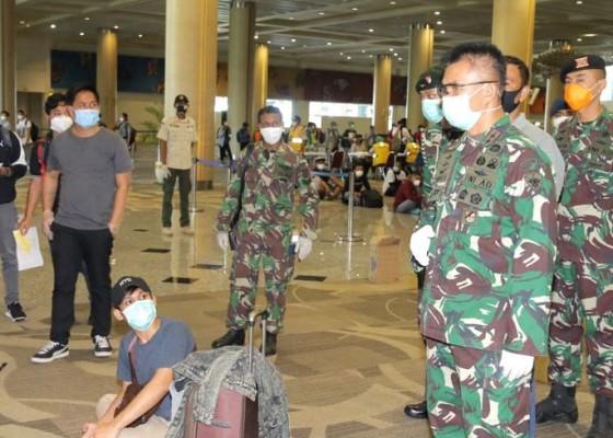 Nusabali.com - pangdam-terjun-jemput-pmi-di-bandara-ngurah-rai