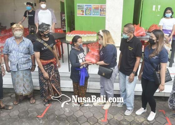 Nusabali.com - banjar-adat-gelogor-salurkan-350-paket-sembako-untuk-warga-terdampak-covid-19