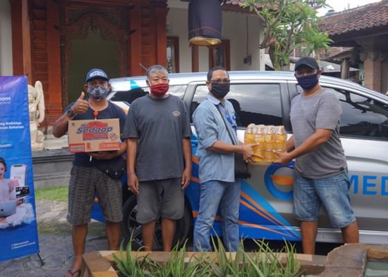 Nusabali.com - gmedia-salurkan-bantuan-sosial-kepada-masyarakat-terdampak-covid-19-di-denpasar-barat
