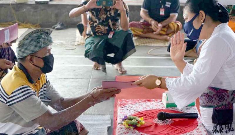 www.nusabali.com-bupati-serahkan-surat-sehat-untuk-137-warga-padangkerta