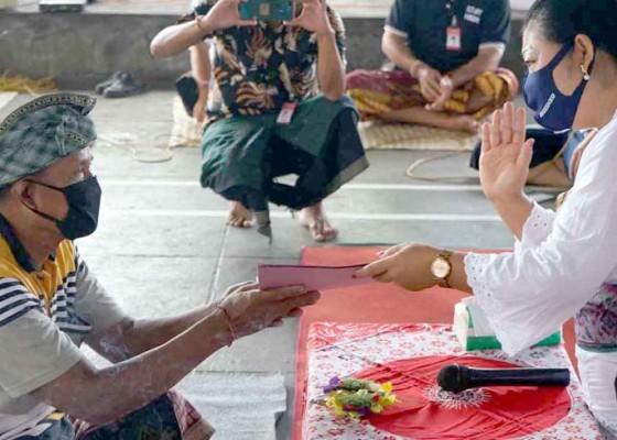 Nusabali.com - bupati-serahkan-surat-sehat-untuk-137-warga-padangkerta
