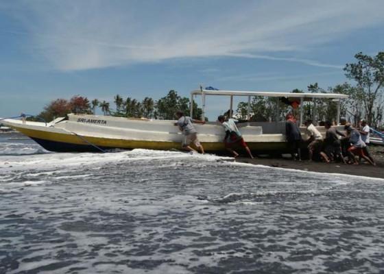 Nusabali.com - diterjang-ombak-perahu-terbalik