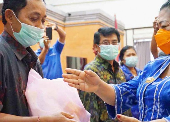 Nusabali.com - bupati-karangasem-bagikan-66644-sembako
