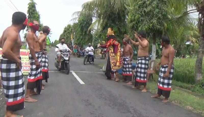 www.nusabali.com-mepayas-kecak-bendesa-adat-juga-ikut-mainkan-tokoh-rahwana