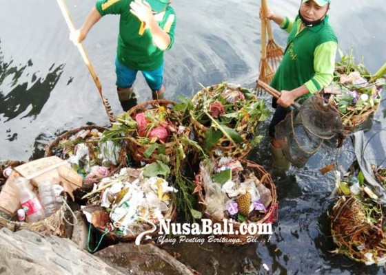 Nusabali.com - dlh-buleleng-siagakan-34-petugas-jaga-kebersihan-pantai