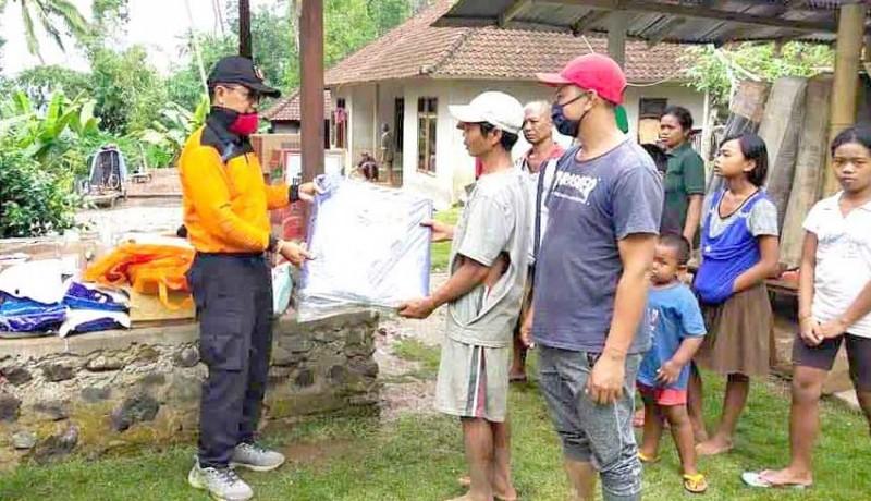 www.nusabali.com-korban-longsor-terima-bantuan-sembako-dan-terpal