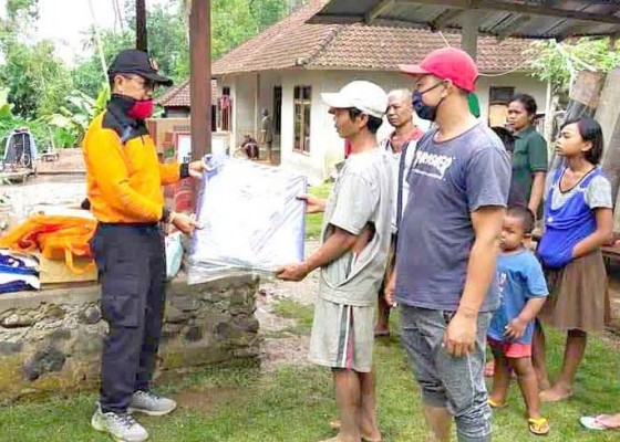 Nusabali.com - korban-longsor-terima-bantuan-sembako-dan-terpal