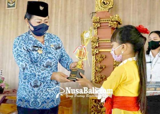 Nusabali.com - bupati-serahkan-hadiah-pemenang-lomba-hardiknas