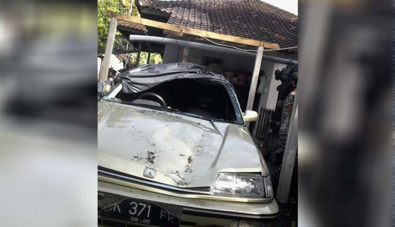 www.nusabali.com-garase-dan-satu-unit-mobil-rusak-parah-tertimpa-pohon