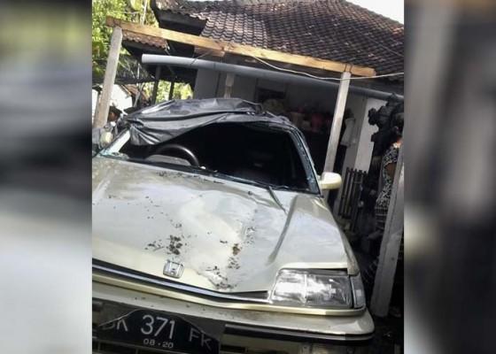 Nusabali.com - garase-dan-satu-unit-mobil-rusak-parah-tertimpa-pohon