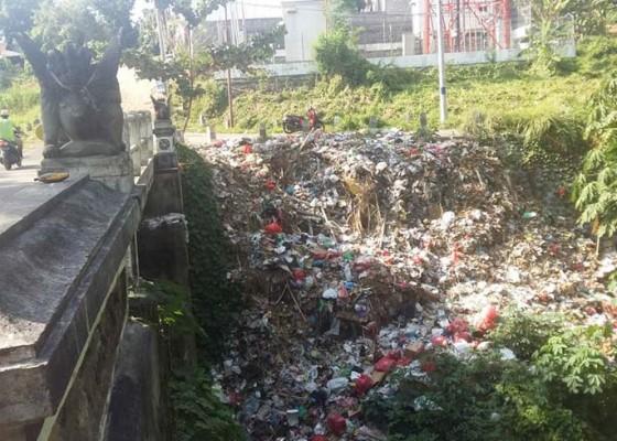 Nusabali.com - lurah-sampah-itu-dibuang-warga-luar