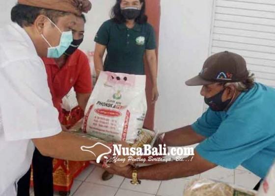 Nusabali.com - rai-mantra-serahkan-bantuan-pupuk-npk-dan-benih-padi-kepada-petani-denpasar