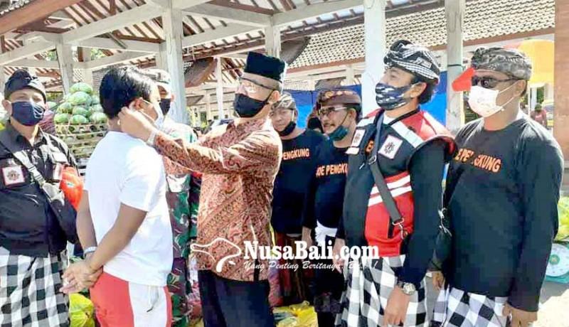 www.nusabali.com-pengunjung-pasar-rakyat-subagan-diberikan-masker