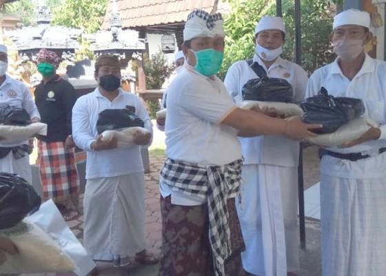 Nusabali.com - mgpssr-klungkung-serahkan-sembako-kepada-pamangku