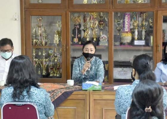 Nusabali.com - bantu-kader-terdampak-covid-19-tp-pkk-kota-denpasar-salurkan-bantuan-ke-desa-dan-kelurahan