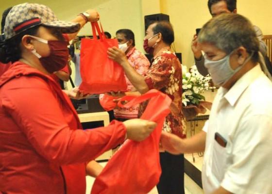 Nusabali.com - bupati-eka-bagikan-sembako-di-gereja-pantekosta