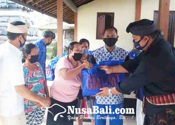Nusabali.com - gmt-bagikan-413-paket-sembako-di-7-banjar