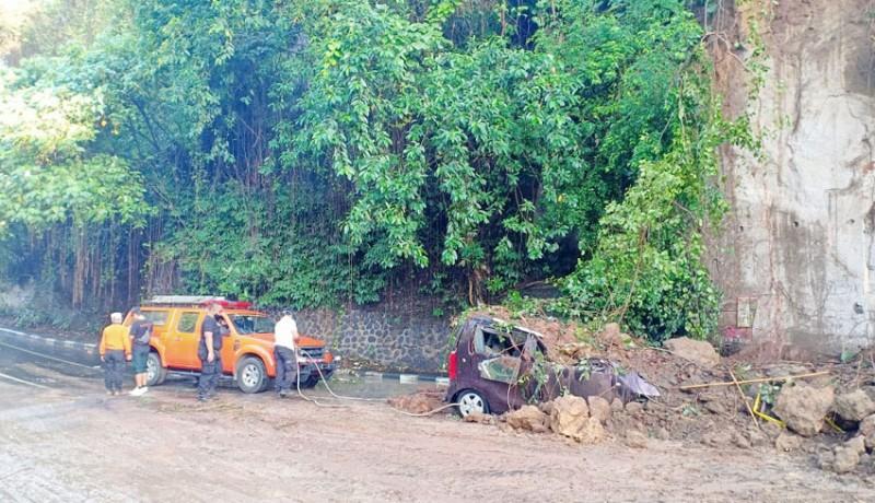 www.nusabali.com-1-mobil-tertimpa-longsor-atk-sekolah-terendam