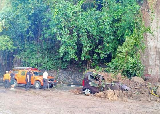 Nusabali.com - 1-mobil-tertimpa-longsor-atk-sekolah-terendam