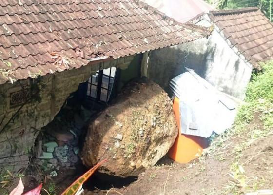 Nusabali.com - diterjang-bongkahan-batu-kamar-tidur-jebol