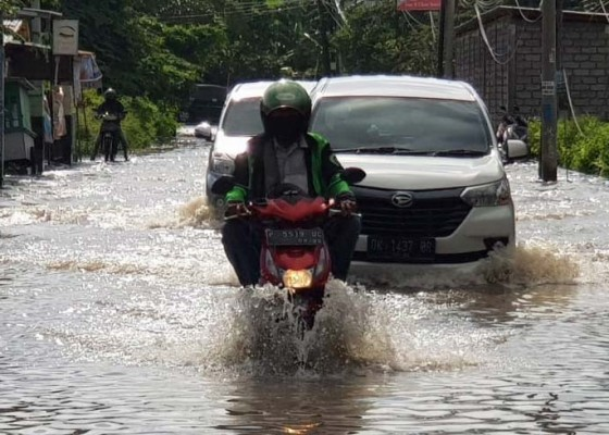 Nusabali.com - satlantas-polresta-alihkan-arus-lalu-lintas