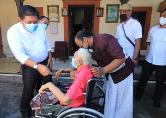Nusabali.com - lansia-tuna-daksa-terima-bantuan-kursi-roda-dan-sembako