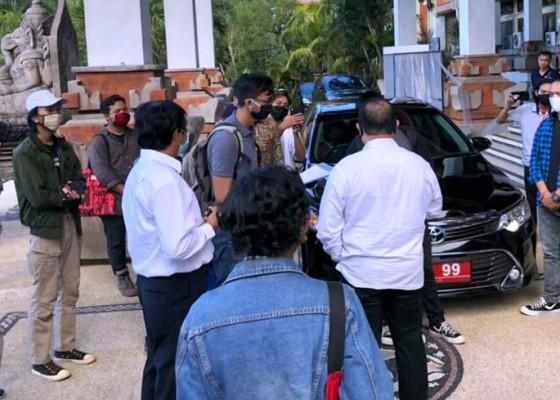 Nusabali.com - ajukan-tuntutan-mahasiswa-unud-hadang-mobil-rektor