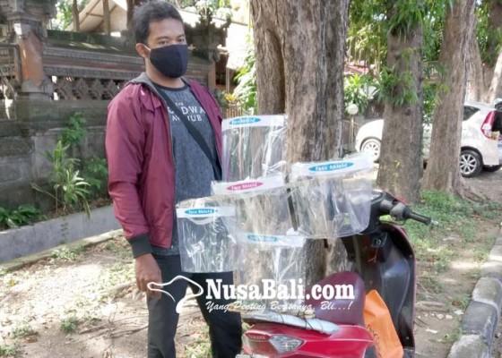 Nusabali.com - buatan-sang-istri-putu-suparta-jajakan-face-shield-di-pinggir-jalan