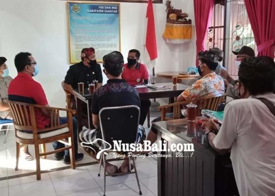 Nusabali.com - krama-banjar-sakah-desa-batuan-kaler-meninggal-saat-melayangan