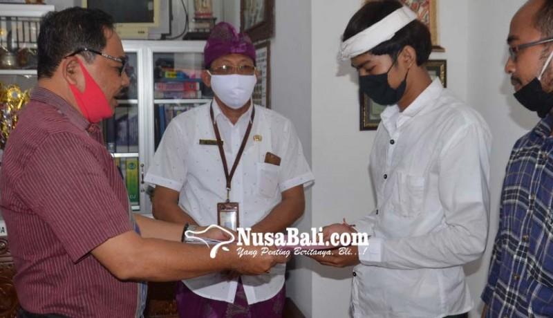 www.nusabali.com-bupati-suwirta-lunasi-spp-siswa-yatim
