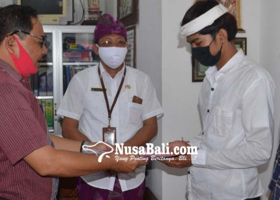 Nusabali.com - bupati-suwirta-lunasi-spp-siswa-yatim
