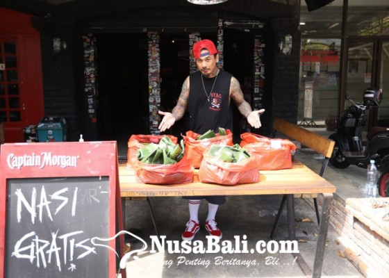 Nusabali.com - bagikan-nasi-bungkus-jerinx-sebarkan-pesan-keberanian-siti-fadilah