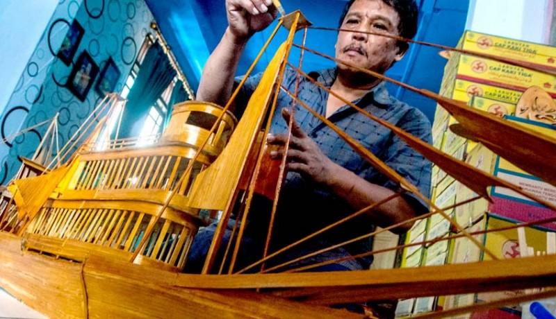 www.nusabali.com-kerajinan-miniatur-dari-limbah-bambu