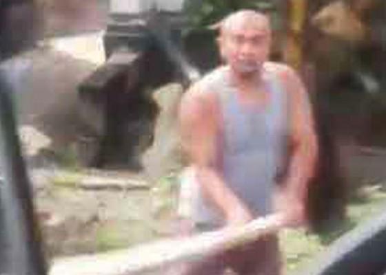 Nusabali.com - tak-terima-diklakson-sopir-truk-dihajar-pakai-palu