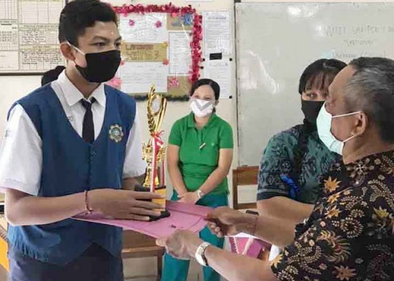 Nusabali.com - sma-pgri-amlapura-bagi-hadiah-langsung-ke-pemenang