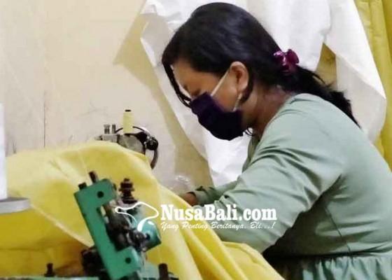 Nusabali.com - penjahit-rumahan-di-buleleng-ini-beralih-jahit-baju-hazmat