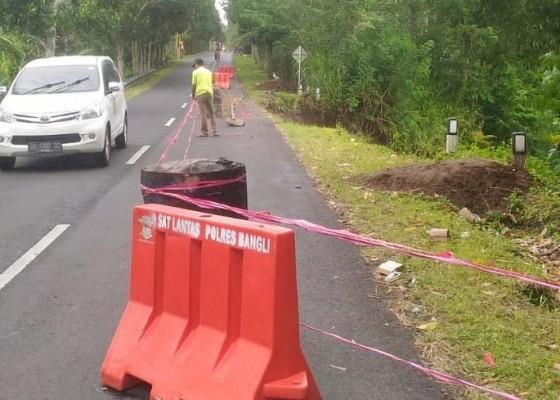 Nusabali.com - jalan-jebol-di-gebagan-belum-diperbaiki