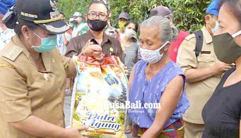 www.nusabali.com-bupati-mas-sumatri-bagikan-175-sembako-csr