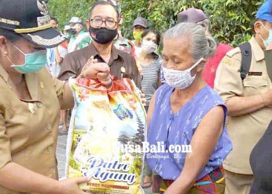 Nusabali.com - bupati-mas-sumatri-bagikan-175-sembako-csr