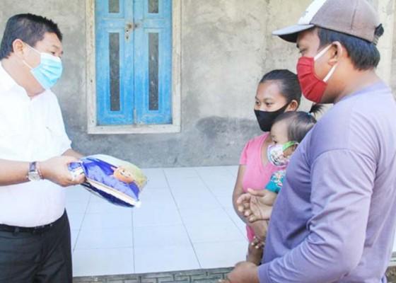 Nusabali.com - bupati-artha-minta-perbekel-pastikan-warga-terdampak-dapat-bantuan