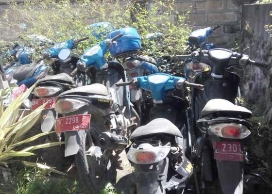 Nusabali.com - puluhan-motor-teronggok-di-halaman-kantor-kb