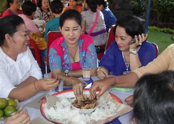 Nusabali.com - jelang-hari-kuningan-bupati-mas-sumatri-gelar-magibung