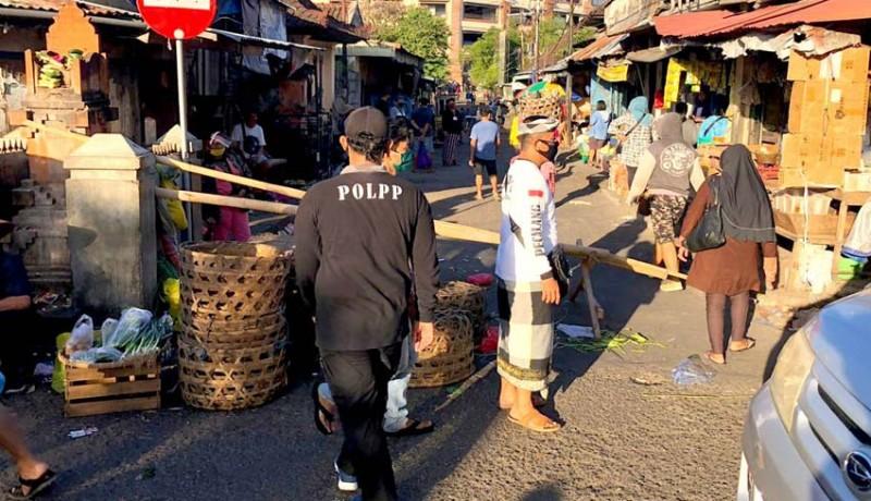 www.nusabali.com-satpol-pp-denpasar-tertibkan-pedagang-pelataran-kumbasari-yang-pindah-jualan