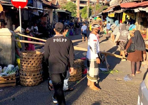 Nusabali.com - satpol-pp-denpasar-tertibkan-pedagang-pelataran-kumbasari-yang-pindah-jualan