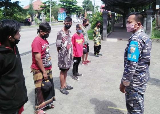 Nusabali.com - nyelundup-di-bak-truk-6-anak-punk-dipulangkan