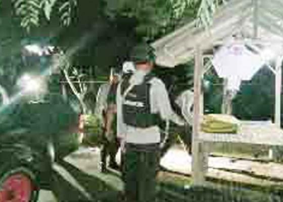 Nusabali.com - bajak-sawah-petani-desa-air-kuning-temukan-benda-diduga-mortir
